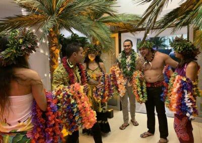 Soirée de gala entreprise sur le thème Polynésie, décors intérieurs et danseurs - Challenger Event