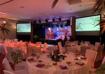 Soirée de gala entreprise sur le thème Polynésie, décors intérieur et repas - Challenger Event